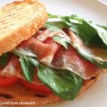 オリーブオイルとルッコラが引き立て役「生ハムのサンドイッチ」