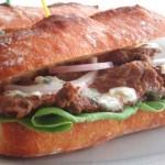 ジューシーで旨みたっぷり!「ビーフ&ブルーチーズ サンドイッチ」