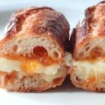 簡単!とろ~りチーズの「カマンベール&アプリコットのサンドイッチ」