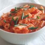 トマト缶で手軽につくる「サーモン&トマトソースのペンネ」