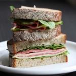 全粒粉のパンで香ばしく「ルッコラ&ソーセージサンドイッチ」
