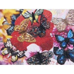 蝶の翅がビーズやスパンコールできらめく。