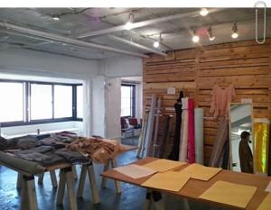「服も作れるコワーキング・スペース coromoza」原宿のラフォーレの向い、ラコステがあるレトロなビルの2階にあります。