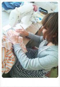いよいよミシン縫い! マンツーで両サイドに先生が居たので何かあったらすぐ聞けて安心でした。