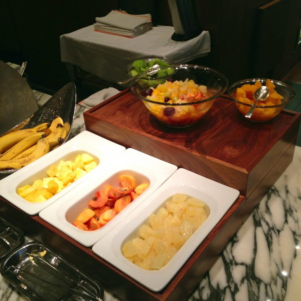 フレッシュなフルーツ。中央には柿も。日本らしくていいですね。