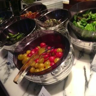 フレッシュなお野菜! ソースは味噌マヨネーズや韓国風など、さすが世界のお客様をお迎えするホテル