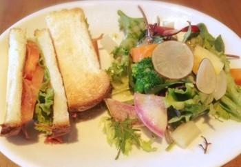 外はカリッと、中はふんわりパンで挟んだ野菜サンドイッチ。有機野菜のたっぷりサラダと共に