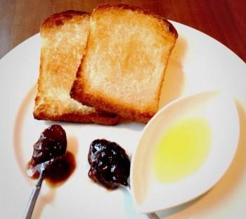 天然酵母の自家製パンのトースト。お好みのコンフィチュールを添えて
