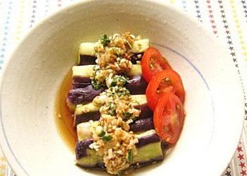白ネギ、大葉、生姜をみじん切りにしてタレを作り、電子レンジであたためた茄子に盛り付けるだけ。ミョウガの千切りなどを載せると更においしさアップ!