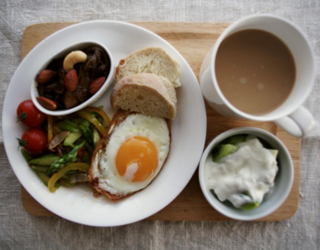 アスパラとパプリカの炒めもの、目玉焼き、きのこのアグロドルチェ、パン焼き人のクスクスのパン、キウイ入りヨーグルト。