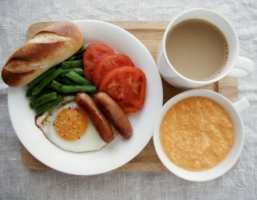 にんじんポタージュ、目玉焼き、インゲンソテー、焼きトマト、ソーセージ、パン。