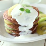 おうちでカフェ風朝ごはん♪ 完熟キウイのヨーグルトソースココアパンケーキ