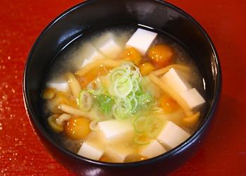 お豆腐となめこのお味噌汁