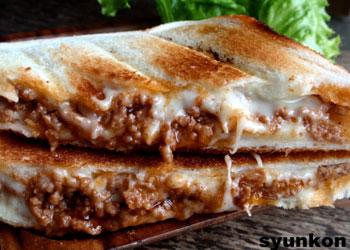 【めっちゃ簡単カフェサンド】食パンで*ミートソースとチーズのホットサンド