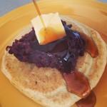 グルテンフリーパンケーキの朝ごはん。なんだかエビの味。