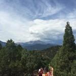はじめまして!コロラド州パイクス山を背景に、ハイキングの朝