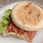 5分でできる「生ハムとチーズのイングリッシュマフィンサンドイッチ」~簡単わくわく朝ごはん~