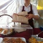 タルトとクロワッサンを売るフランス少年