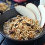 混ぜて焼くだけで簡単♪ ナッツとレーズンのメープル玄米グラノーラ