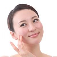 眉やおでこのコリをとって目力アップで老け顔対策