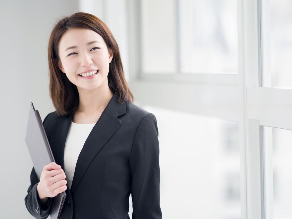 笑顔のビジネスウーマン_江口_20151127_Fotolia_80966393_Subscription_Monthly_M