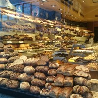 豊富な種類のドイツパンとドイツの朝ごはん