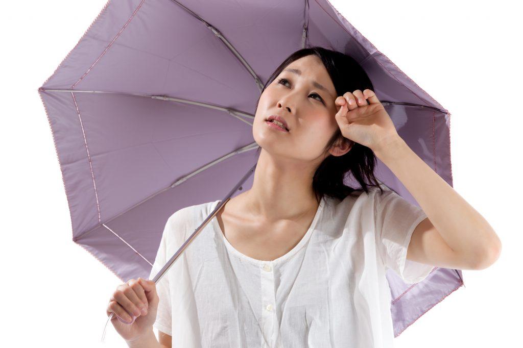 日傘をさす夏ばての女性_江口_20150727_Fotolia_85508686_Subscription_Monthly_M