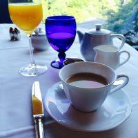 ブルーのグラスと庭園のコントラストにうっとりする☆【ホテル椿山荘】