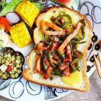 時短のコツあり!ベーコン&夏野菜のラクうまトースト