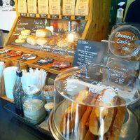朝を楽しむ人が集うコーヒースタンド
