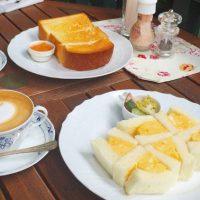 フレンチトーストや卵サンドにとろけそう。緑に囲まれた「カフェ・ル・プティ・二・トロワ」