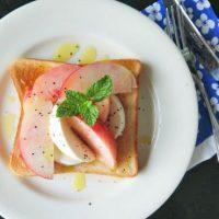「桃モッツアレラ」をトーストに!この夏イチオシ「フルーツトースト」2種