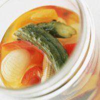【今日のヒント】冷蔵庫にあるとベンリ♪配合が覚えやすい「夏野菜のピクルス」