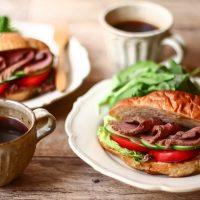 はさみ方にコツあり!カフェみたいな「ローストビーフ&トマトサンド」