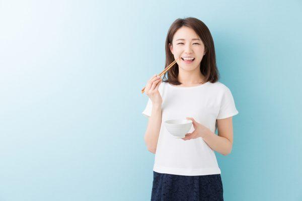 食事をする女性_江口_20160810_Fotolia_94246218_Subscription_Monthly_M