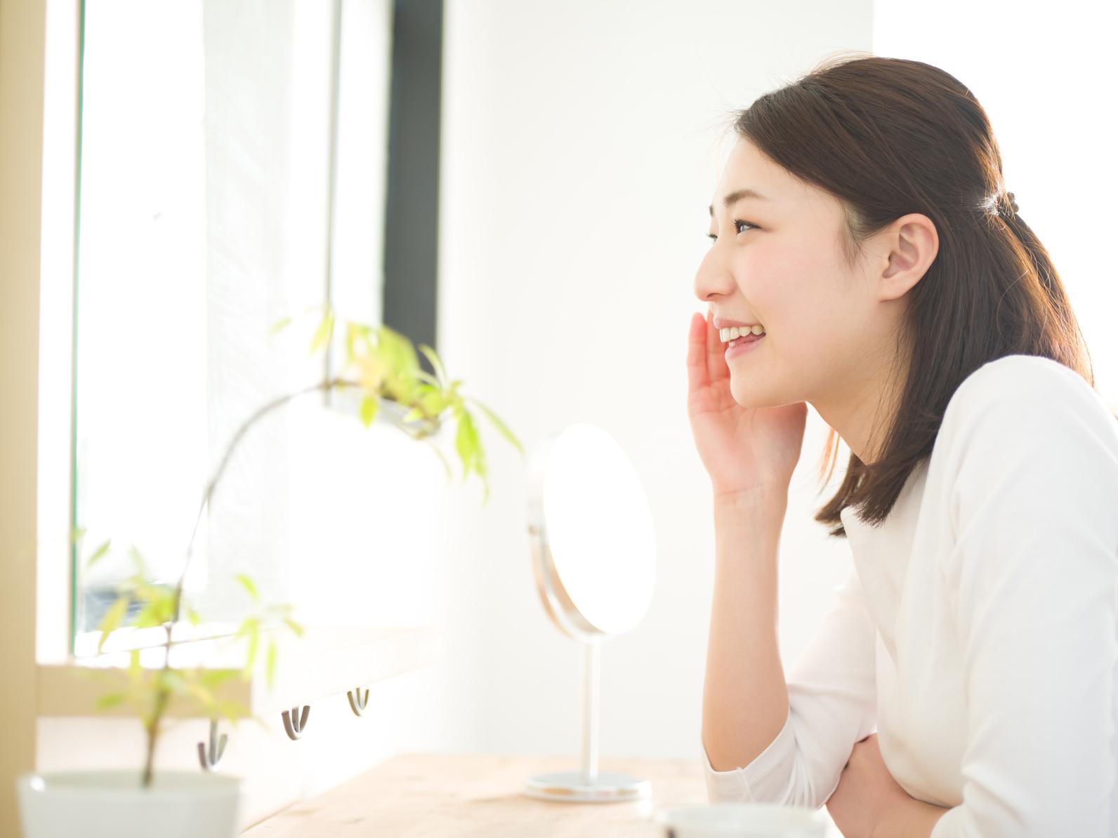 スキンケア・鏡を見る若い女性_澄江_160210_Fotolia_88346122_Subscription_Monthly_M