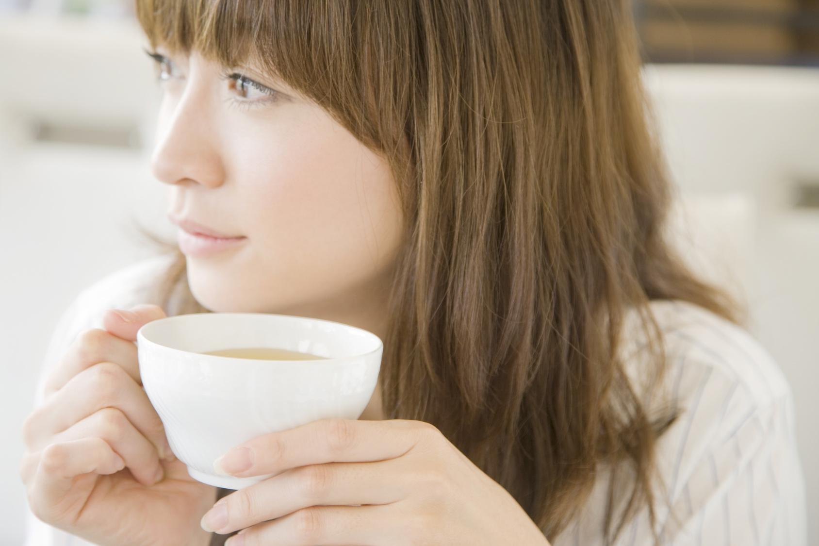 コーヒー飲む女性_原Fotolia_34024437