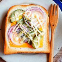 さくさくクリーミー♪食パンで超簡単「アボカドチーズマヨトースト」