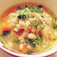 秋の夜長にコトコト♪朝あたためるだけの「食べるスープ」レシピ6選