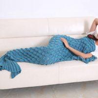 """お部屋で暖まりながら""""人魚""""になれちゃう!かわいすぎる「着る毛布」"""