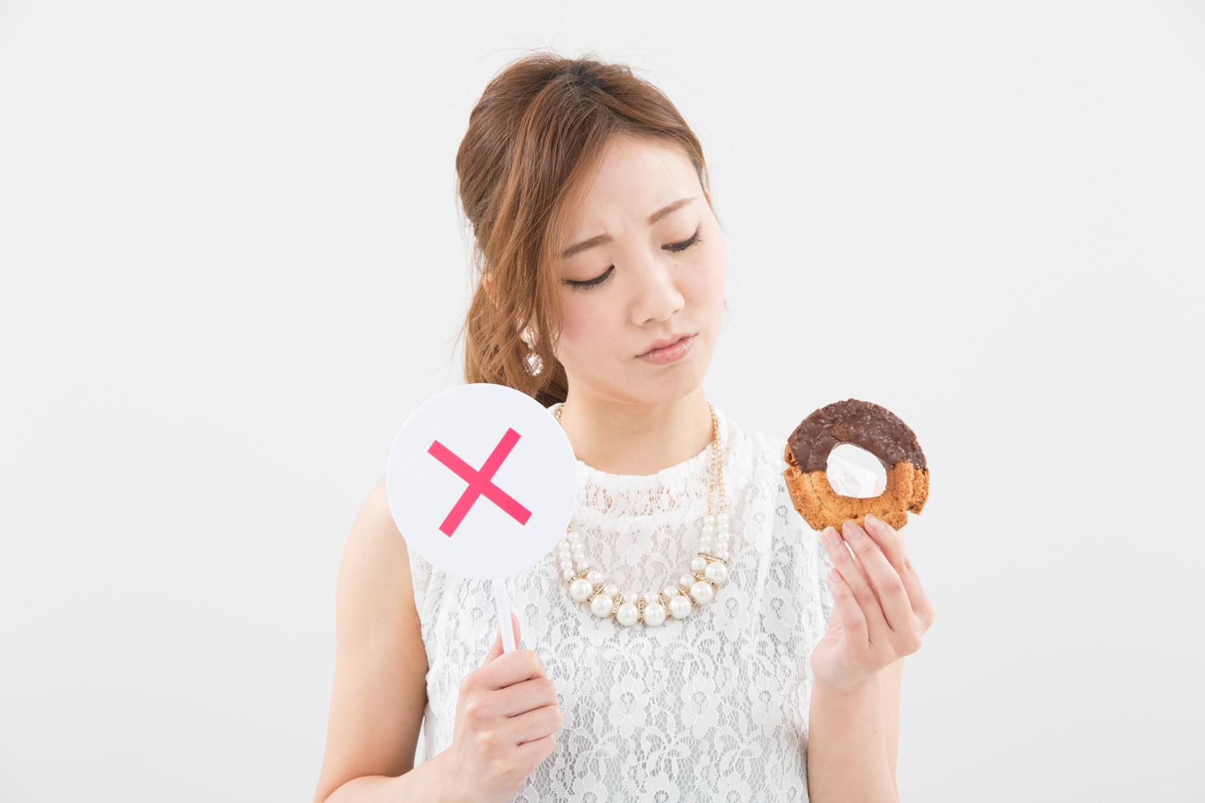 ドーナッツを持つ女性_澄江_20160817_Fotolia_107121061_Subscription_Monthly_M