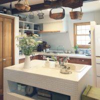 ナチュラルな空間にぴったり♪「カゴ」があるキッチンの実例3つ
