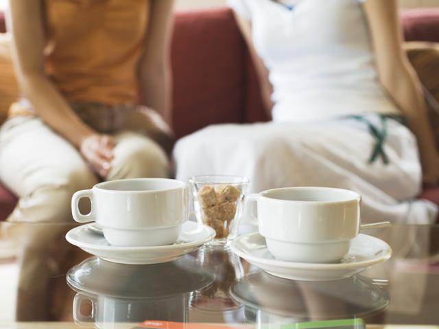 カフェでお茶している女性のイメージ画像