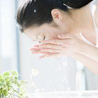 洗い過ぎが乾燥を招く!しっとり肌を作る朝の「ゲル洗顔」