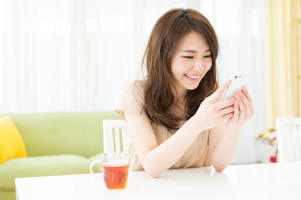 スマホを見る笑顔の女性_澄江_Fotolia_63436413_Subscription_Monthly_M.jpg