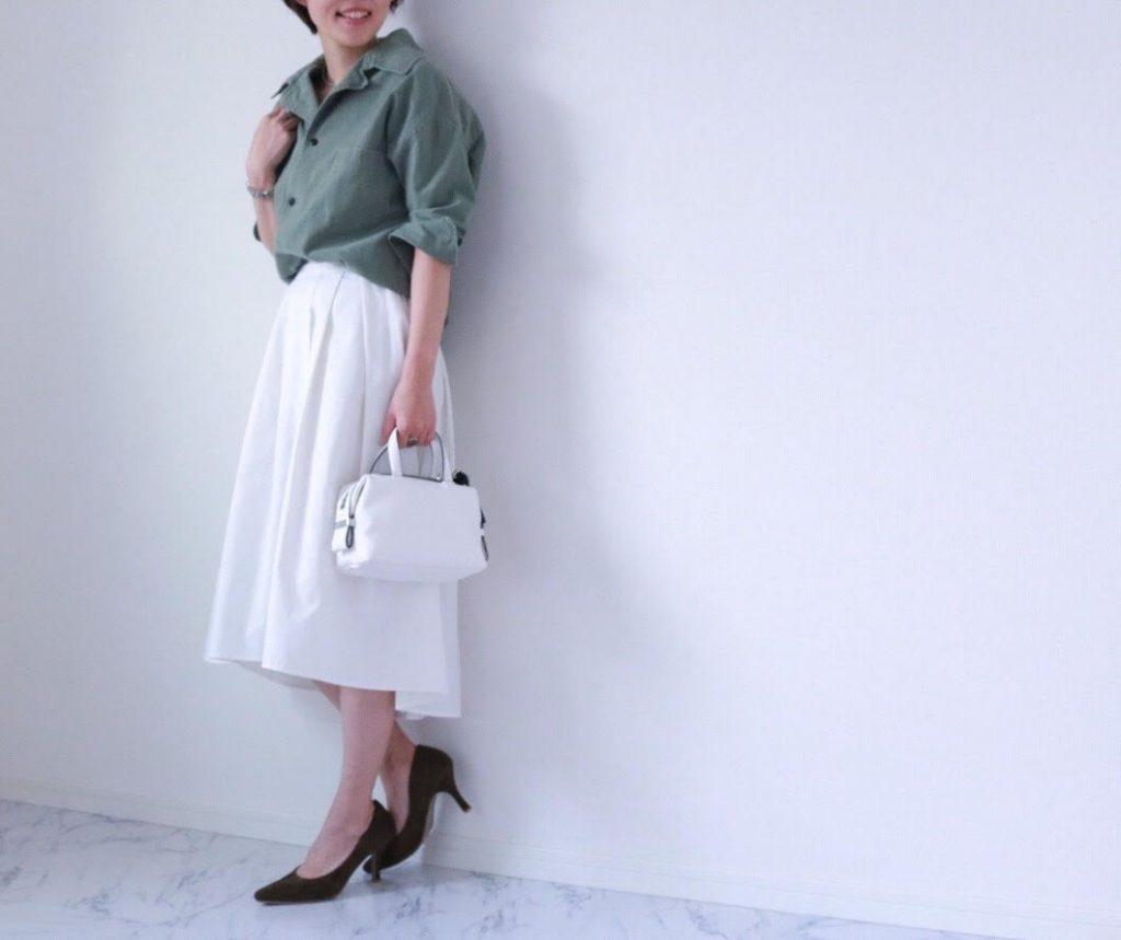 朝時間 春 カーキ 白スカート