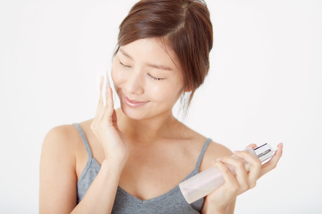 化粧水つける女性_170710_澄江Fotolia_138848042_Subscription_Monthly_M