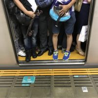 「電車が混んでいる」を4単語の英語で言うと?