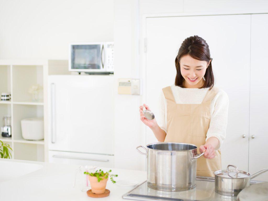 キッチン立つ女性_澄江_20170814Fotolia_84953445_Subscription_Monthly_M