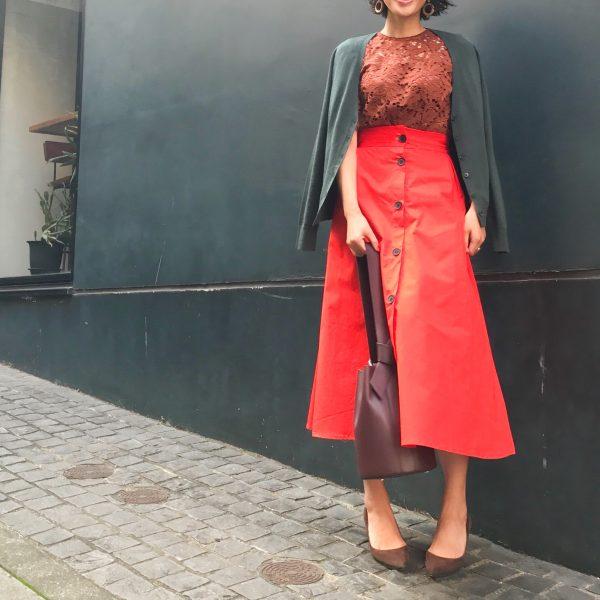 朝時間 秋コーデ 赤スカート